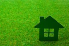 Casa en fondo de la hierba verde Foto de archivo