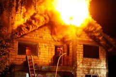 Casa en fuego fotos de archivo