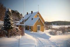 Casa en invierno Fotos de archivo libres de regalías