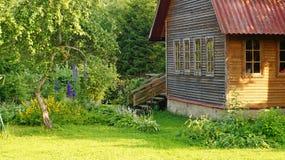 Casa en jardín fotos de archivo libres de regalías