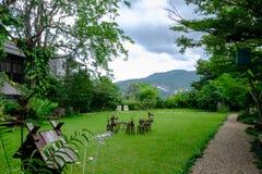 Casa en jardín del bosque fotografía de archivo
