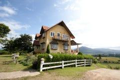 Casa en la colina Foto de archivo libre de regalías