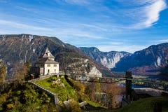 Casa en la colina con el cielo azul y la montaña - Hallstatt, Austri Fotografía de archivo libre de regalías