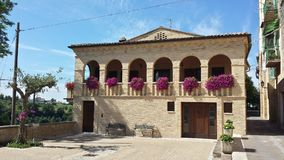 Casa en la colina Creccio Abruzos Italia Foto de archivo libre de regalías