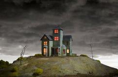 Casa en la colina frecuentada Foto de archivo libre de regalías