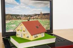 Casa en la computadora portátil Fotografía de archivo libre de regalías