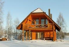 Casa en la estación del invierno. Imagen de archivo