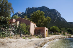 Casa en la isla de Tavolara; esta isla es una de la mayoría de las islas importantes de Cerdeña Italia Imagen de archivo