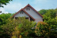 Casa en la naturaleza Fotos de archivo libres de regalías
