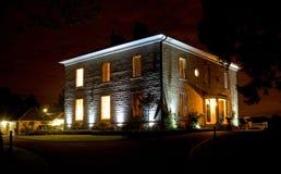 Casa en la noche; hogar agradable. Imagenes de archivo