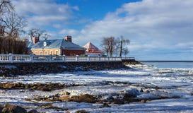 Casa en la orilla del mar Báltico Peterhof imagenes de archivo