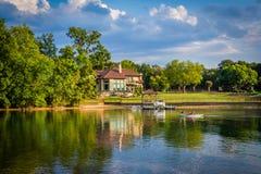 Casa en la orilla del normando del lago, en Cornelio, Carolina del Norte foto de archivo