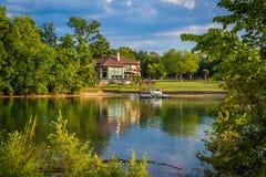 Casa en la orilla del normando del lago, en Cornelio, Carolina del Norte imagenes de archivo