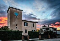 Casa en la puesta del sol en Foligno, Umbría, Italia Foto de archivo libre de regalías