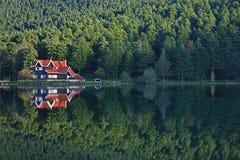 Casa en la reflexión Golcuk, Turquía del lago del bosque Foto de archivo libre de regalías
