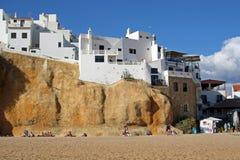Casa en la roca, costa de Algarve, Albufeira, Portugal Imágenes de archivo libres de regalías