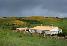 Casa en las colinas de Algarve imagenes de archivo