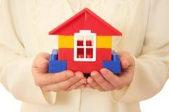 Casa en las manos. Fotografía de archivo libre de regalías