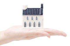 Casa en las manos, conceptos de la economía de las propiedades inmobiliarias Imagen de archivo