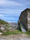 Casa en las montañas fotografía de archivo