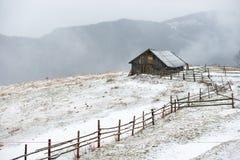 Casa en las montañas blancas del invierno Fotografía de archivo libre de regalías