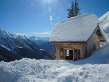 Casa en las montañas de la nieve Imagen de archivo