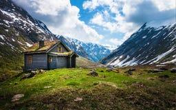 Casa en las montañas en Noruega Fotos de archivo