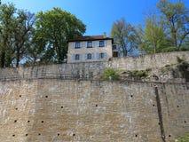 Casa en las paredes del castillo fotografía de archivo libre de regalías