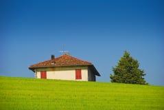Casa en los prados Fotos de archivo libres de regalías