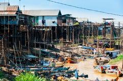Casa en los zancos y los barcos de madera en el río Fotografía de archivo libre de regalías