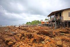 Casa en los zancos y los barcos de pesca, Ko Lanta, Tailandia Fotografía de archivo