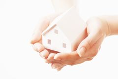 Casa en manos Imagen de archivo libre de regalías