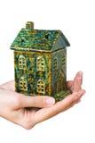 Casa en manos Imágenes de archivo libres de regalías