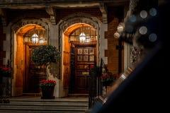 Casa en Mayfair por la tarde de la Navidad, Londres fotos de archivo
