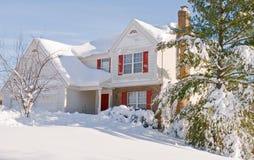 Casa en nieve profunda del invierno Imagen de archivo libre de regalías