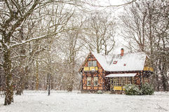 Casa en nieve que cae Fotografía de archivo