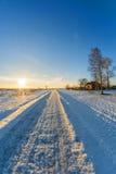 Casa en pueblo cerca del camino en un día frío Fotos de archivo libres de regalías