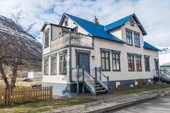 Casa en Seydisfjordur, Islandia Foto de archivo