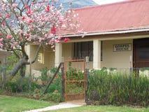 Casa en tiempo de primavera Fotos de archivo libres de regalías