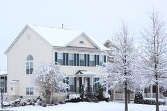 Casa en tormenta de la nieve Fotos de archivo libres de regalías