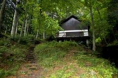 Casa en un bosque de la montaña Fotografía de archivo libre de regalías