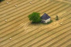 Casa en un campo de maíz imágenes de archivo libres de regalías