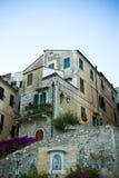 Casa en un cielo azul Fotografía de archivo