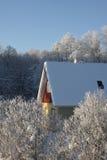 Casa en un día de invierno escarchado Foto de archivo libre de regalías
