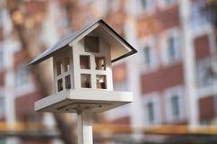 Casa en un polo para la pajarera de los pájaros fotos de archivo libres de regalías
