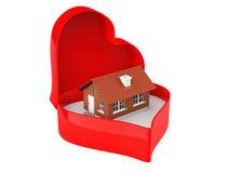 Casa en una caja de la tarjeta del día de San Valentín del corazón Fotografía de archivo