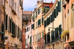 Casa en una calle estrecha en Venecia, Italia fotografía de archivo