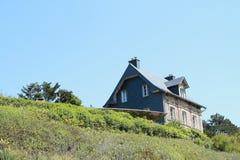 Casa en una colina imagen de archivo