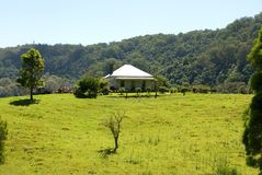 Casa en una colina Fotos de archivo libres de regalías