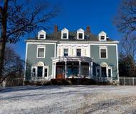Casa en una colina Nevado Foto de archivo libre de regalías